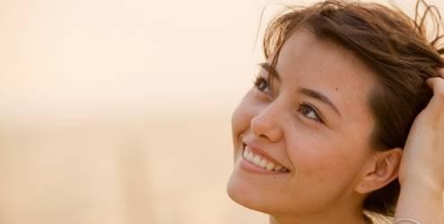mulher-pensativa-sorrindo-7802